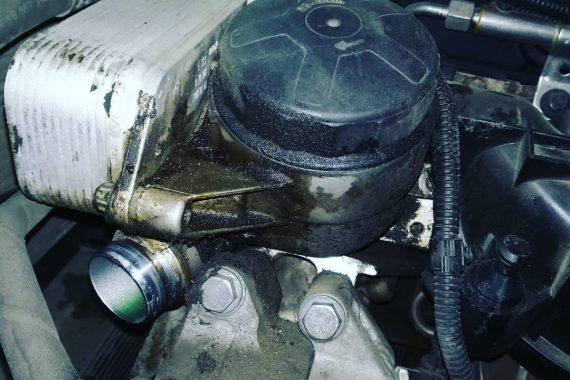 Замена прокладки масляного стакана, обводного ролика и двух патрубков системы охлаждения BMW E71
