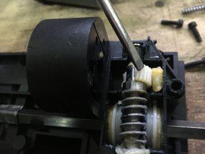 Ремонт подколенной опоры в кресле БМВ, замена шестеренки