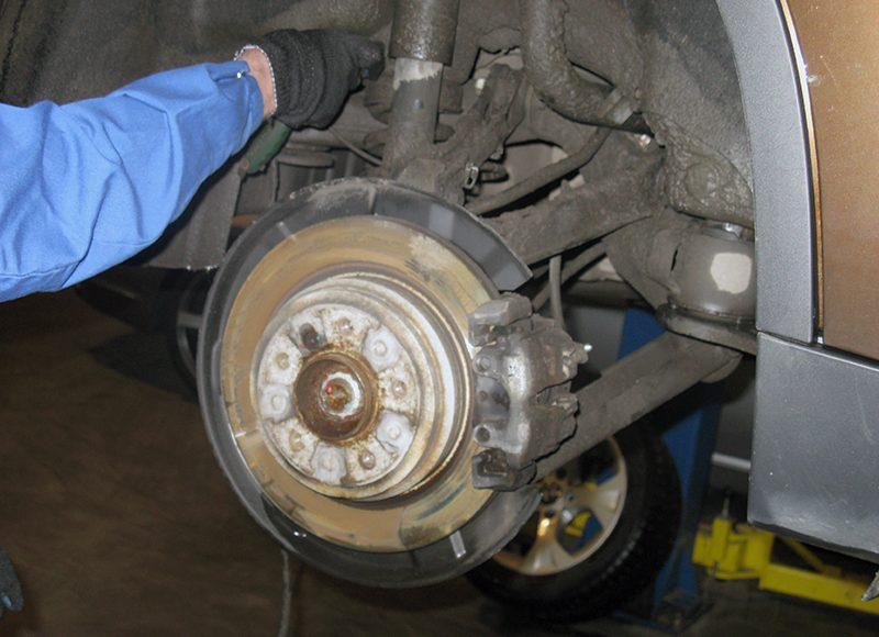 Как происходит процесс замены колодок в автомобиле от БМВ?